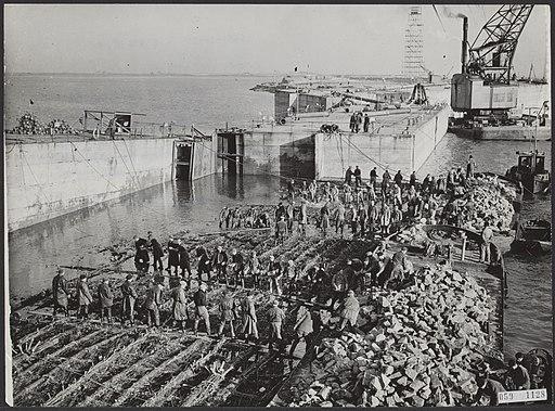 Watersnood 1953. De dijk bij Ouwerkerk op Duiveland is nog lang niet geheel klaa, Bestanddeelnr 059-1128