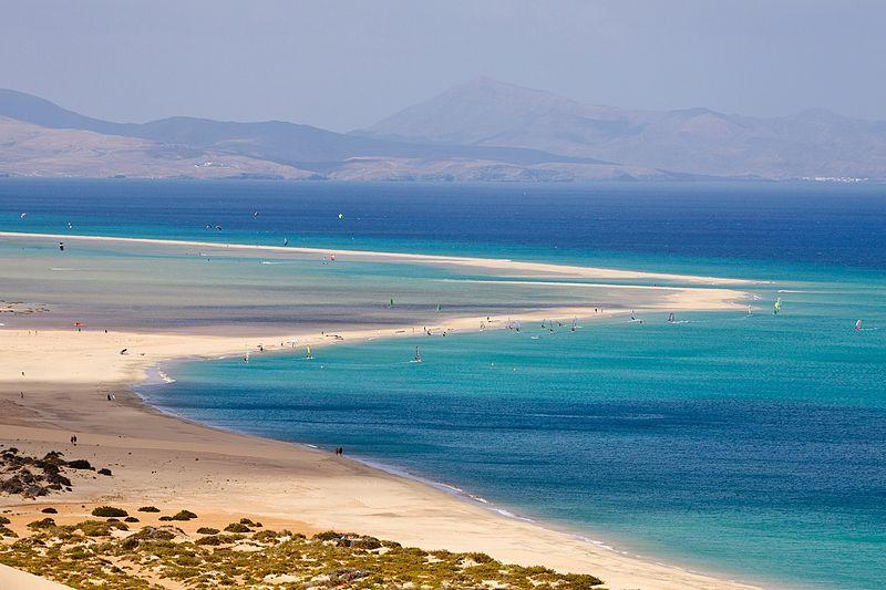 File:Windsurfer kitesurfer sotavento playa strand.jpg