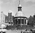 Wismar 1962, Marktplatz, előtérben a Wasserkunst (kút). Fortepan 23507.jpg