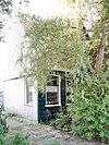 foto van Grotendeels houten woonhuis