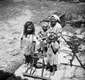 """Škrljevec, otroci s """"stavnico"""" pr Sivica 1950.jpg"""