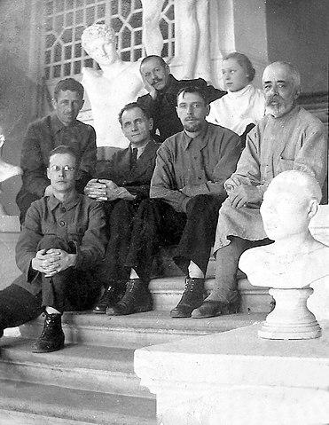 Владимир Арсеньев (третий слева) с сотрудниками Хабаровского краевого музея. Хабаровск, декабрь 1925 г.