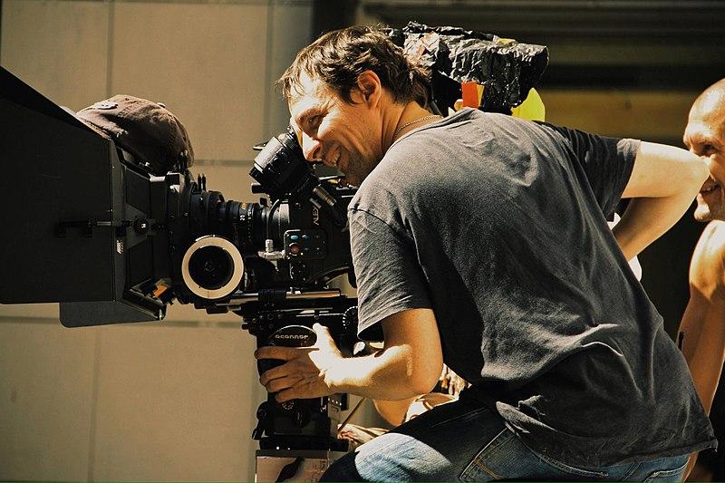"""File:Оператор-постановщик Артур Гимпель за камерой во время съемок сериала """"Прощай, любимая"""".jpg"""
