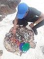 Продавец украшений ручной работы на River N2, Фритаун, Сьерра-Леоне, 2017.jpg