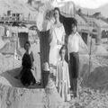 אירן גיאורג ומרים ליכטהיים והדודה אנגין כלב? אחותה של אירן 1923 (בתוך אלבום של מ-PHAL-1621295.png