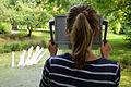003h04f Pressekonferenz WasserKunst Zwischen Deich und Teich, eine junge Besucherin verfolgt die PASSAGE von Uwe Stelter vor der Installation WASSERSTRECKER von Sina Heffner im Park vom Edelhof Ricklingen.jpg