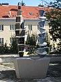 1170 Rudolf Goldscheid-Gasse 1-5 - Brunnen mit 3 Keramiksäulen Abstrakte Darstellung von Wander Bertoni 1953 IMG 5031.jpg