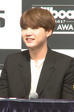 170529 Suga at a press conference for he BBMAs (2).png