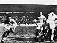 1936 (8 mars) victoire de l'Aviron bayonnais dans le Challenge du Manoir, au stade des Ponts-Jumeaux à Toulouse (ici leur demi de mêlée Cunibert, en sortie de mêlée).jpg