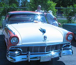 Una Ford Fairlane Crown Victoria del 1955