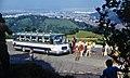 1973-08 Straße nach Poiana Brasov, Reisebus mit Jugendtouristgruppe.jpg