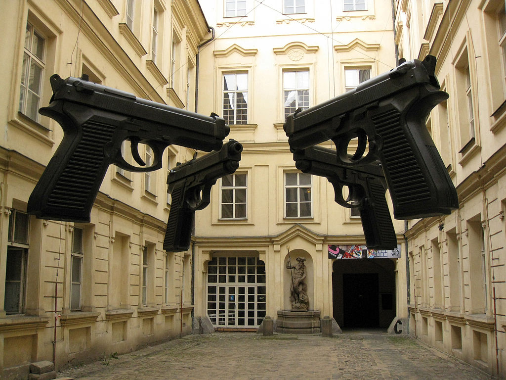 Installation au palais Colloredo-Mansfeld à Prague de ce qui ressemble à un remake de Reservoir Dogs.