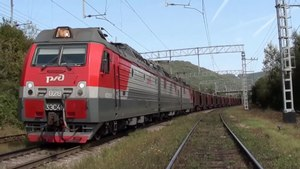 Файл:2ESK4K-135 with passenger train meets 3ES4K-028 with freight train.webm