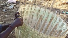Datei:A bamboo basket making depiction video.ogv