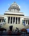 A puertas del Capitolio descansan y se preparan nuevamente los carros de caballos - panoramio.jpg