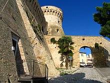 Accesso alla Rocca d'Acquaviva con il mastio cilindrico