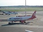 Airbus A320 D-ABFA von Air Berlin am Flughafen Hamburg 2.jpg