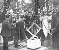 Alfonso XIII y la piedra.jpg