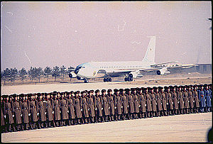 Richard Nixon's 1972 visit to China - Image: Arrival of Air Force One in Peking, 02 21 1972