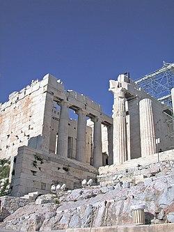 Τα Προπύλαια, προθάλαμος για την είσοδο στην Ακρόπολη.