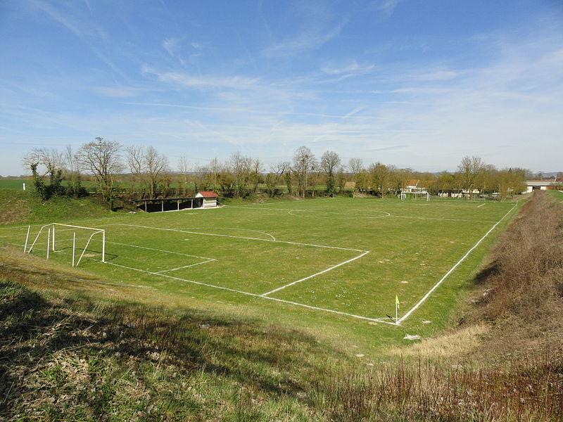 Le terrain de football au sud du village d'Athis.