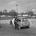 Auto voortgeduwd door verkeersagent en bestuurster, Bestanddeelnr 254-0640.jpg