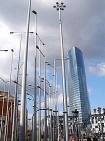 Bilbao - Torre Iberdrola y Bosque de Farolas.JPG