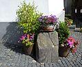 Braunfels - Eckstein am Haus mit Blumentrögen.jpg