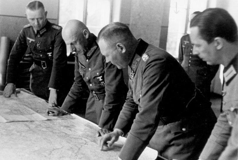 Bundesarchiv Bild 101I-212-0214-08A, Russland-Nord, v. Leeb u.a. beim Kartenstudium