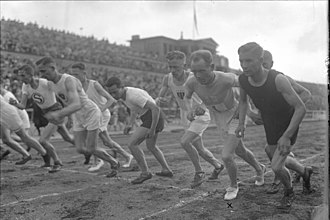 Deutsches Stadion (Berlin) - Paavo Nurmi (2nd from right) getting started to run the 3000 metres, May 1926