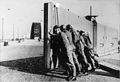 Bundesarchiv Bild 146-1985-038-03, Brücke Nijmwegen, Sicherung durch holländische Soldaten.jpg