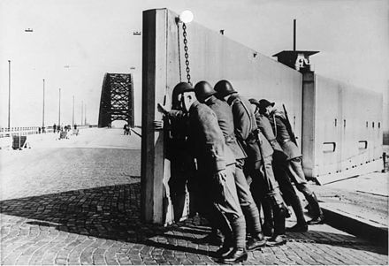 Dutch troops close the barrier of the Nijmegen Waal bridge during the Albania crisis. Bundesarchiv Bild 146-1985-038-03, Brucke Nijmwegen, Sicherung durch hollandische Soldaten.jpg