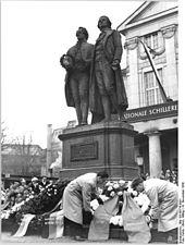 Goethe- und Schiller-Denkmal in Weimar (von Ernst Rietschel, 1857). Kranzniederlegung zum 200.Geburtstag Schillers 1959 (links: Kranz von Wilhelm Pieck) (Quelle: Wikimedia)