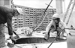 Bundesarchiv Bild 183-S1011-0003, Erfurt, Bauarbeiter Isolierstoffe vorbereitend.jpg