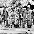 COLLECTIE TROPENMUSEUM Een groep Dajaks uit Màh Koelit Borneo TMnr 10005514.jpg