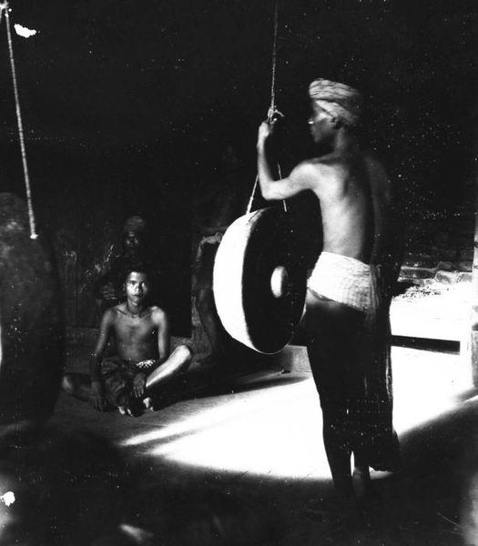 File:COLLECTIE TROPENMUSEUM Een man met een gong in een huis te Sifalago TMnr 60024850.jpg