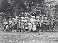 COLLECTIE TROPENMUSEUM Groepsportret van vrouwen en kinderen in minangkabau feestkleding Batipoeh Sumatra's TMnr 60039364.jpg