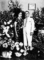 COLLECTIE TROPENMUSEUM Huwelijksportret van een Europese man en een Indische vrouw temidden van een een aantal boeketten en bloemenmanden TMnr 60019706.jpg