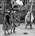 COLLECTIE TROPENMUSEUM Scene uit een Barong- en Krisdans in het voorhof van de dorpstempel TMnr 20000307.jpg