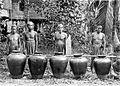 COLLECTIE TROPENMUSEUM Vier mannen staan achter vijf heilige potten van een districtshoofd te Pangkoh aan de Kahajan TMnr 10001019.jpg