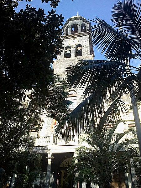 File:Canaries Tenerife Santa Cruz Plaza San Francisco Tribunal - panoramio.jpg