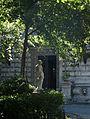 Casa Monteoru. București. Statuie și intrarea..jpg