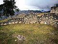 Cases rodones de Kuelap amb el paisatge al fons02.jpg