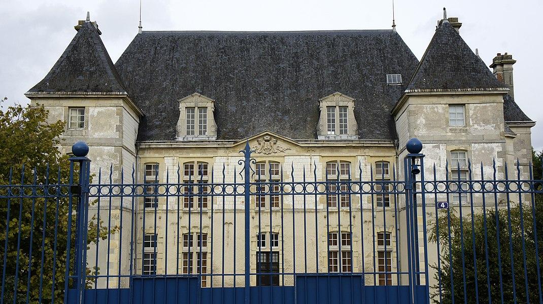 Vue du château de Taissy avec les armes de Colbert sur le fronton.
