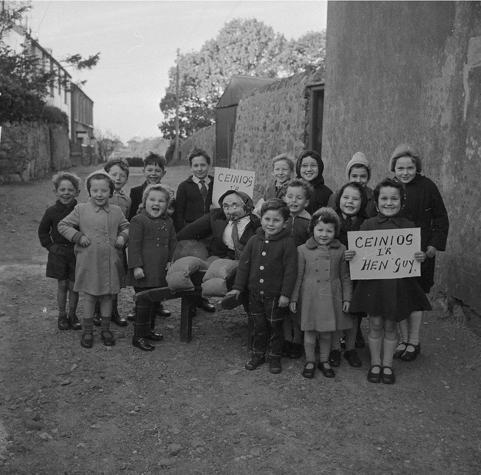 "Children from Bontnewydd, Caernarfon, collecting for the ""Guy"" (15730938785)"