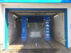 Auto on likainen. Se pitää käyttää pesussa.