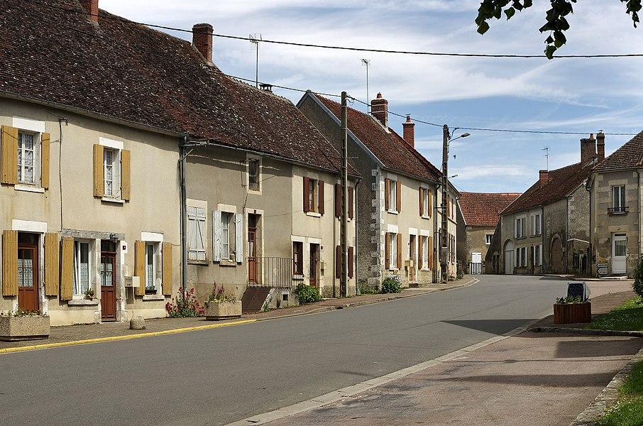 Ciez (Nièvre).  Le Bourg (route d'Entrains)