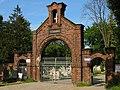 Cmentarz - brama główna - panoramio.jpg