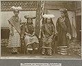 Collectie NMvWereldculturen, RV-A106-1-6, Foto- 'Groepsportret van vrouwen en meisjes uit Pajakoembo op West-Sumatra', fotograaf C.B. Nieuwenhuis, ca. 1918.jpg