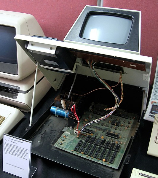 File:Commodore PET 2001 with lifted top.jpg